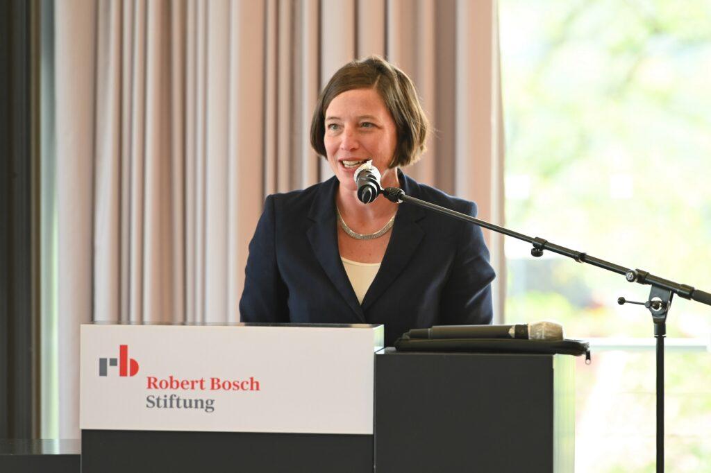 Ottilie Bälz von der Robert Bosch Stiftung begrüßt die Teilnehmenden