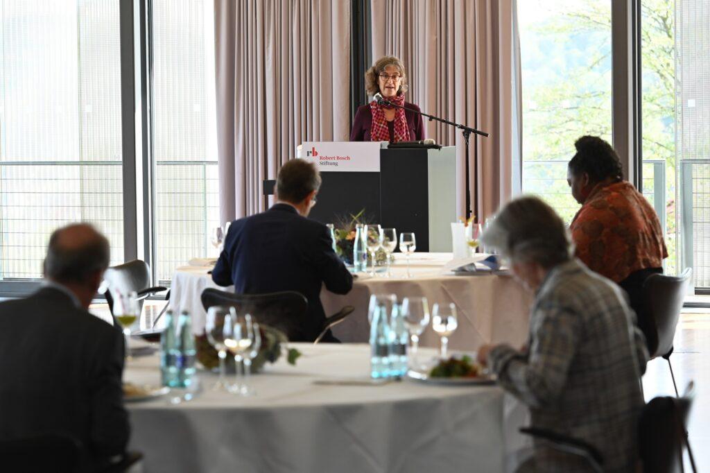 Prof. Dr. Claudia Diehl bei der Vorstellung des SVR-Jahresgutachtens