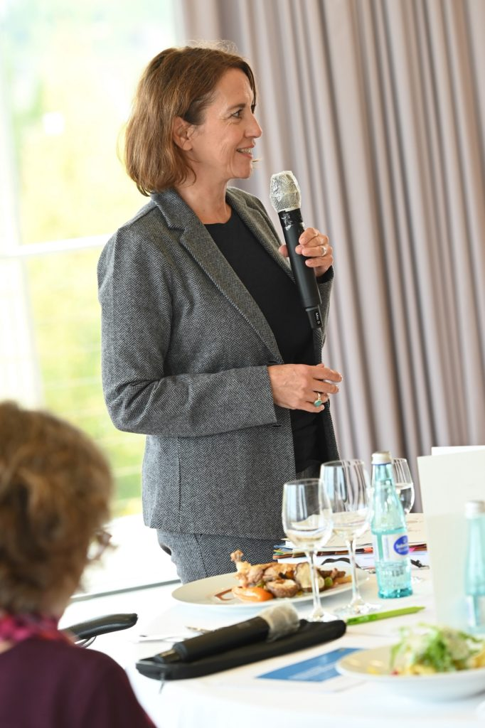 Dr. Cornelia Schu bei der Moderation der Diskussion